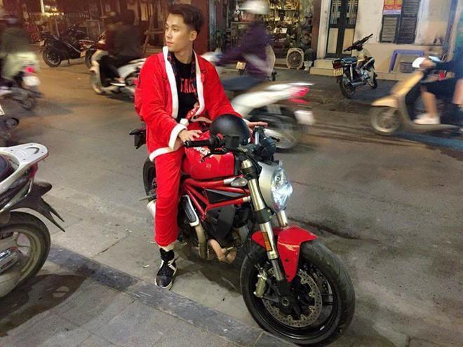 Anh già Noel điển trai lái môtô tặng quà cho trẻ vô gia cư-1