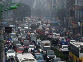 Ôtô, xe máy nhích từng mét trong mưa rét