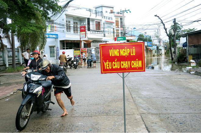 Lũ về bất ngờ, người Nha Trang không kịp trở tay-3