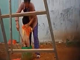 Công an triệu tập người phụ nữ hành hạ trẻ em lên làm việc