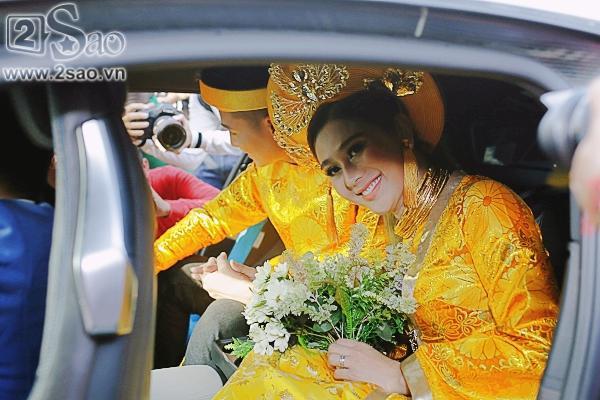 Cô dâu Lâm Khánh Chi lên ô tô cùng chú rể để về nhà trai-1
