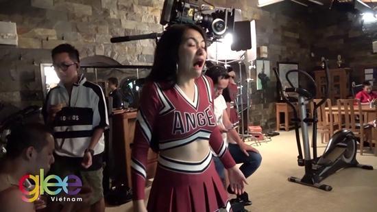 Chỉ với một bông hoa nhài, Hòa Minzy quậy tưng bừng hậu trường phim Glee-2