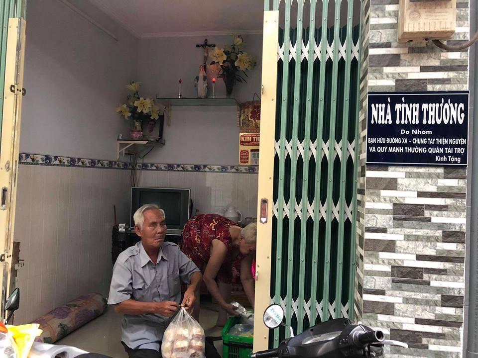 Ngọc Trinh hào phóng tặng tiền ông lão mù bán bánh trên vỉa hè Sài Gòn-3
