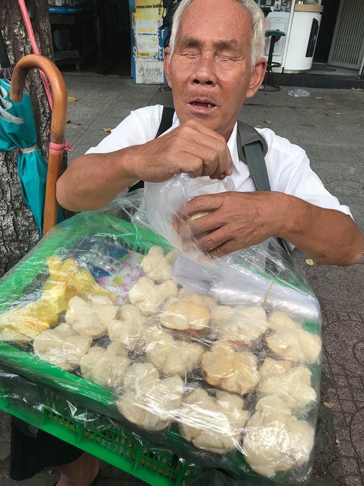 Ngọc Trinh hào phóng tặng tiền ông lão mù bán bánh trên vỉa hè Sài Gòn-2