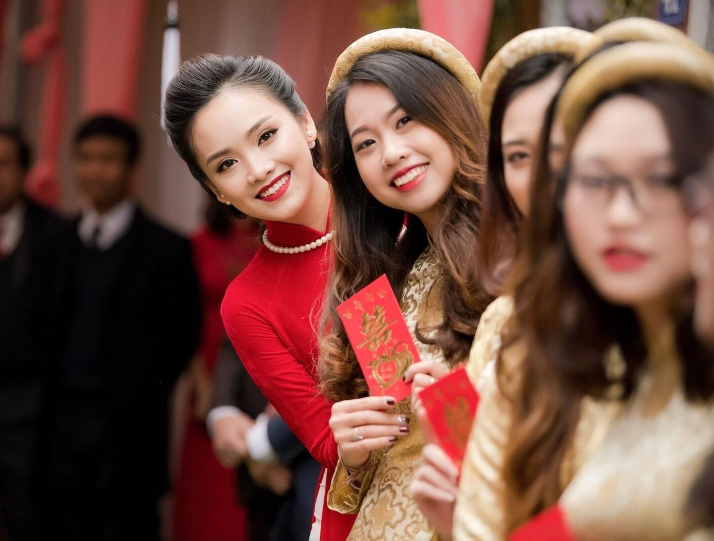 Hoa hậu khả ái Trần Tố Như nở nụ cười rạng rỡ, nắm chặt tay hot boy cảnh sát trong suốt lễ ăn hỏi-10