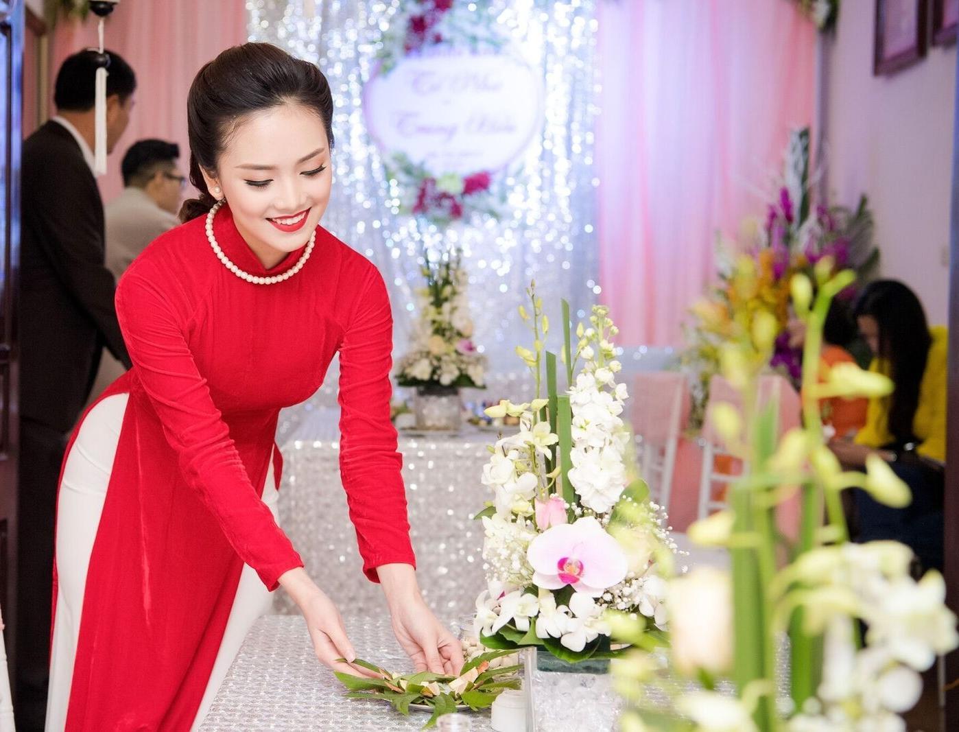 Hoa hậu khả ái Trần Tố Như nở nụ cười rạng rỡ, nắm chặt tay hot boy cảnh sát trong suốt lễ ăn hỏi-9