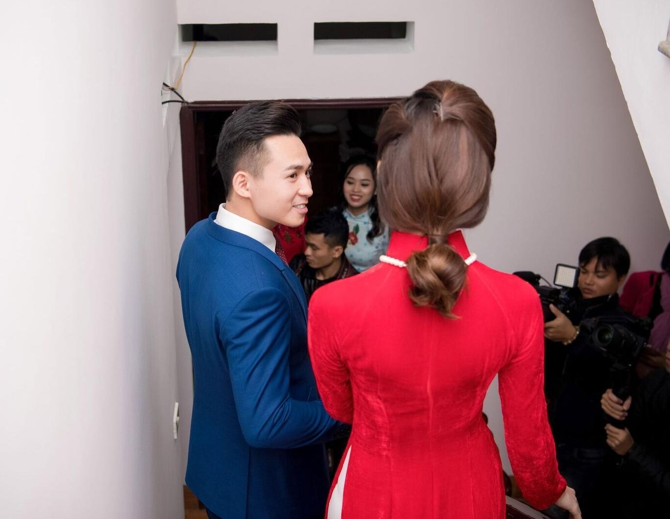 Hoa hậu khả ái Trần Tố Như nở nụ cười rạng rỡ, nắm chặt tay hot boy cảnh sát trong suốt lễ ăn hỏi-7