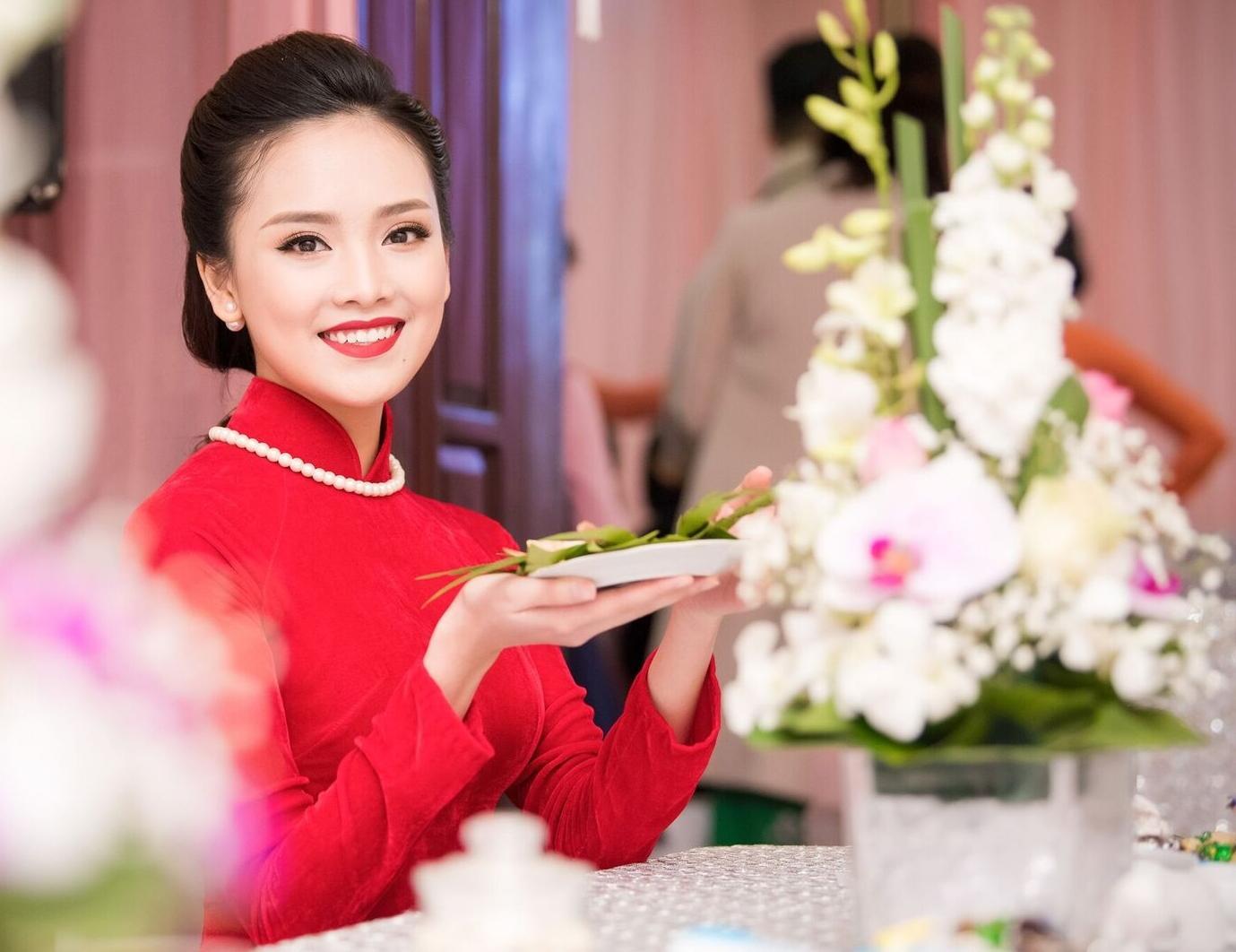 Hoa hậu khả ái Trần Tố Như nở nụ cười rạng rỡ, nắm chặt tay hot boy cảnh sát trong suốt lễ ăn hỏi-8