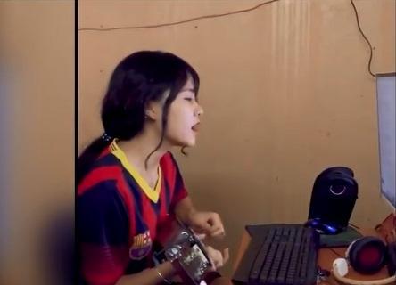 Chỉ ngồi yên hát, cô bạn này gây bão mạng xã hội vì giọng quá ngọt-4