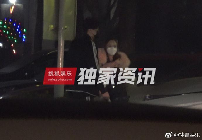 Lý Tiểu Lộ bị bắt gặp qua đêm nhà trai trẻ, Giả Nãi Lượng livestream nói vợ đi làm tóc-1