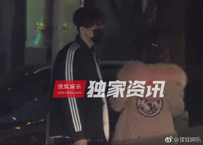 Lý Tiểu Lộ bị bắt gặp qua đêm nhà trai trẻ, Giả Nãi Lượng livestream nói vợ đi làm tóc-2