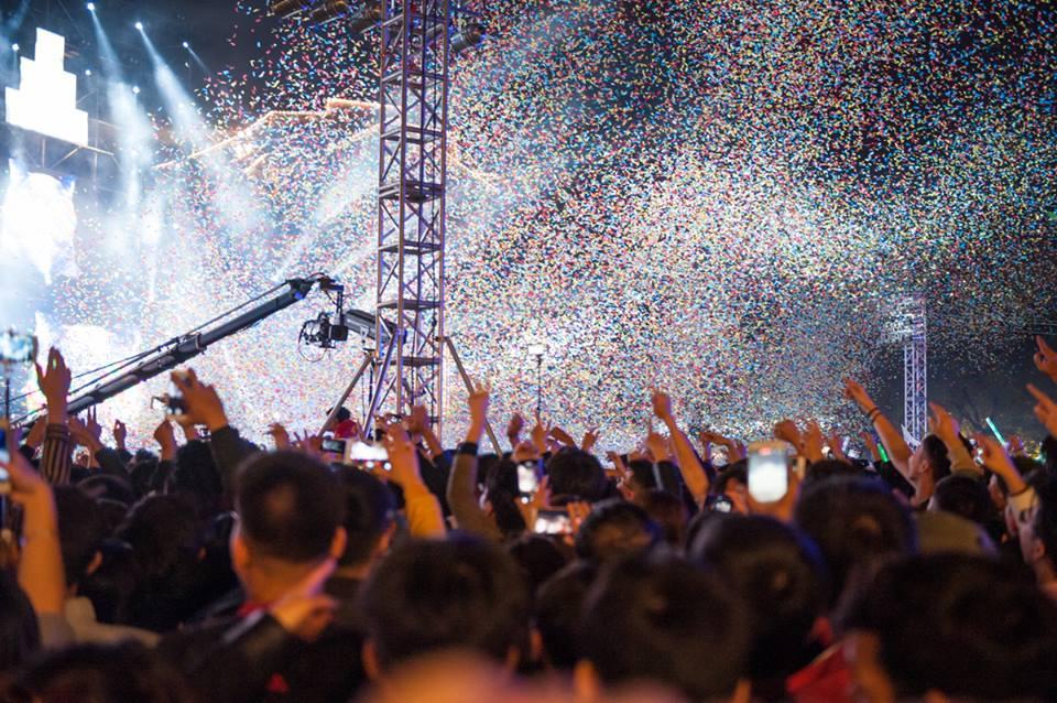 Nam thanh niên trèo lên cột biển đường quẩy đêm Countdown-1