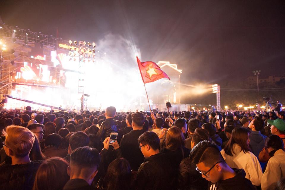 Nam thanh niên trèo lên cột biển đường quẩy đêm Countdown-2