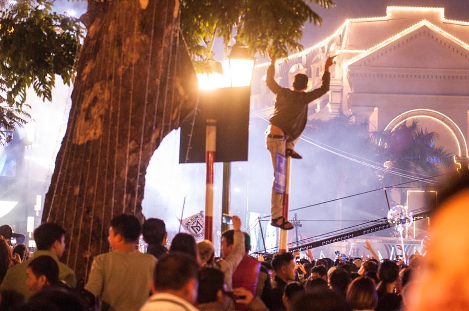 Nam thanh niên trèo lên cột biển đường quẩy đêm Countdown-3