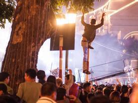 Nam thanh niên trèo lên cột biển đường 'quẩy' đêm Countdown