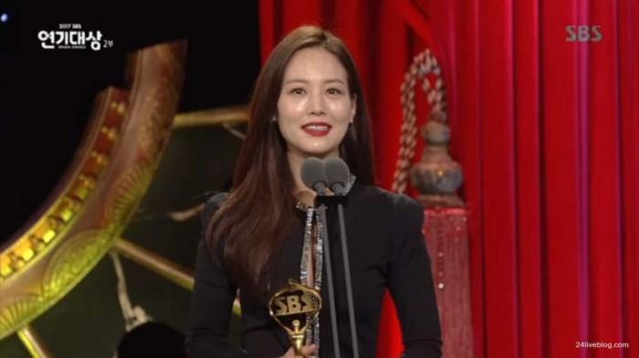 Choáng khi Suzy - Lee Jong Suk nhận giải diễn viên xuất sắc đỉnh cao và cặp đôi đẹp nhất SBS Drama Awards 2017-10