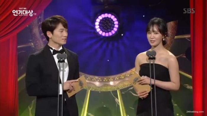 Choáng khi Suzy - Lee Jong Suk nhận giải diễn viên xuất sắc đỉnh cao và cặp đôi đẹp nhất SBS Drama Awards 2017-6
