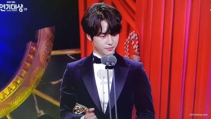 Choáng khi Suzy - Lee Jong Suk nhận giải diễn viên xuất sắc đỉnh cao và cặp đôi đẹp nhất SBS Drama Awards 2017-7