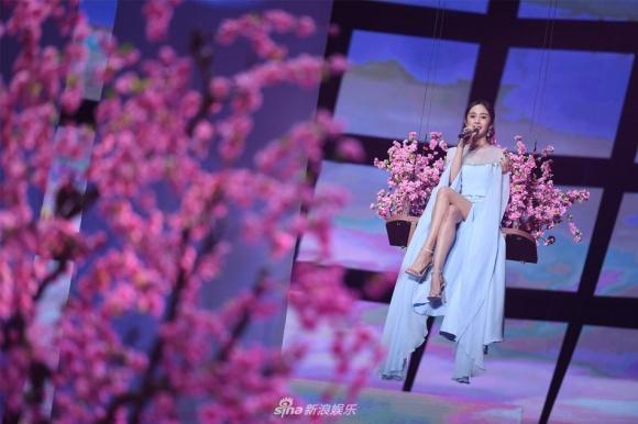 Dương Mịch triệt để khoe chân thon, xuất hiện giữa rừng hoa đào-1