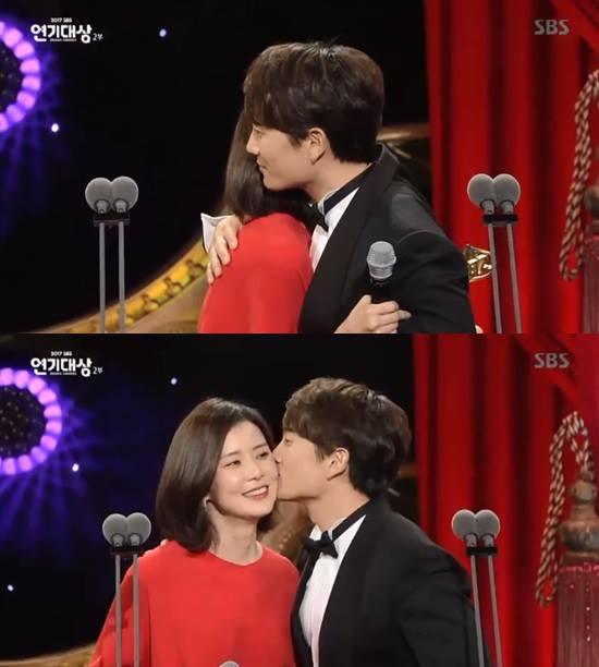Sao Hàn 1/1: Song Hye Kyo khoe ảnh đón năm mới một mình-2