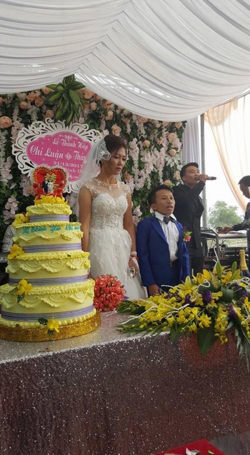 Vợ 1m65, chồng 80cm gây xôn xao trong đám cưới cuối cùng của năm 2017-1