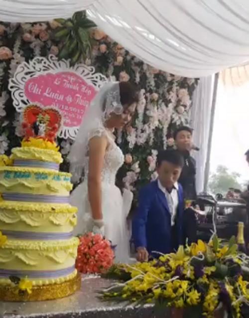 Vợ 1m65, chồng 80cm gây xôn xao trong đám cưới cuối cùng của năm 2017-2