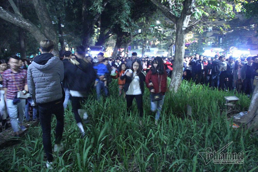 Vườn hoa hồ Gươm bị san phẳng sau đêm giao thừa-3