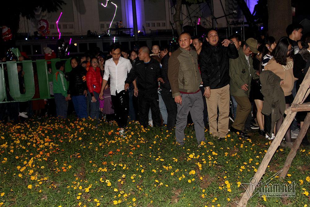 Vườn hoa hồ Gươm bị san phẳng sau đêm giao thừa-7