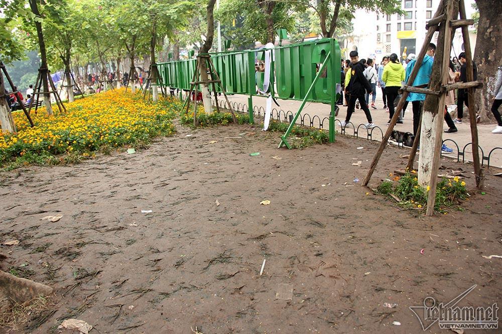 Vườn hoa hồ Gươm bị san phẳng sau đêm giao thừa-10