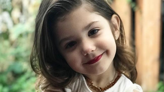 Bé gái 3 tuổi trang điểm chuyên nghiệp gây tranh cãi trên mạng xã hội-3