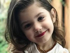 Bé gái 3 tuổi trang điểm chuyên nghiệp gây tranh cãi trên mạng xã hội