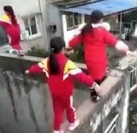 3 cô bé liều mạng đi trên bờ tường hẹp, cao gần 20 m-1
