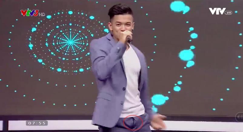 Clip: Trọng Hiếu quên... kéo khóa quần khi biểu diễn trên truyền hình gây xôn xao mạng xã hội-2