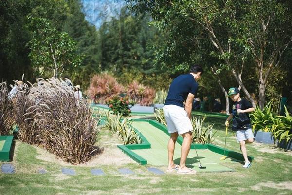 Trước khi dạy Subeo đánh golf gây bão showbiz, Kim Lý từng rất nhiều lần chiều chuộng con trai Hà Hồ-11