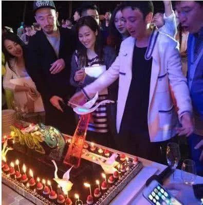 Thiếu gia giàu nhất Trung Quốc ám chỉ Lý Tiểu Lộ chi 50 tỷ đồng hòng dập tin đồn ngoại tình-2