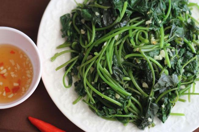 Bữa cơm chiều với món rau lang xào thơm ngon-1