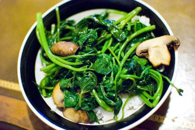 Bữa cơm chiều với món rau lang xào thơm ngon-3