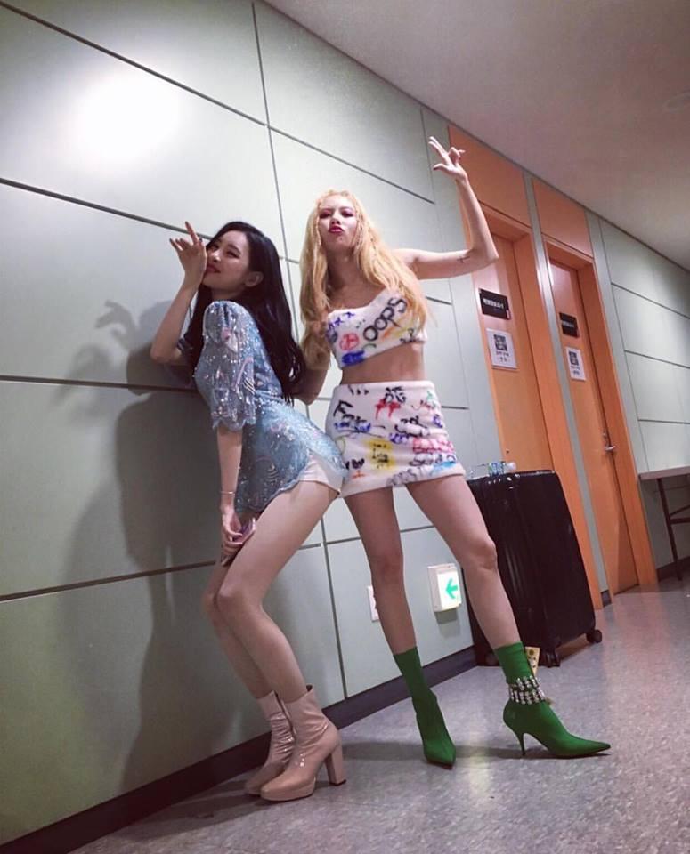 HyunA sexy váy ngắn cũn - Park Shin Hye giản dị đẹp bất chấp nổi nhất street style sao Hàn-2
