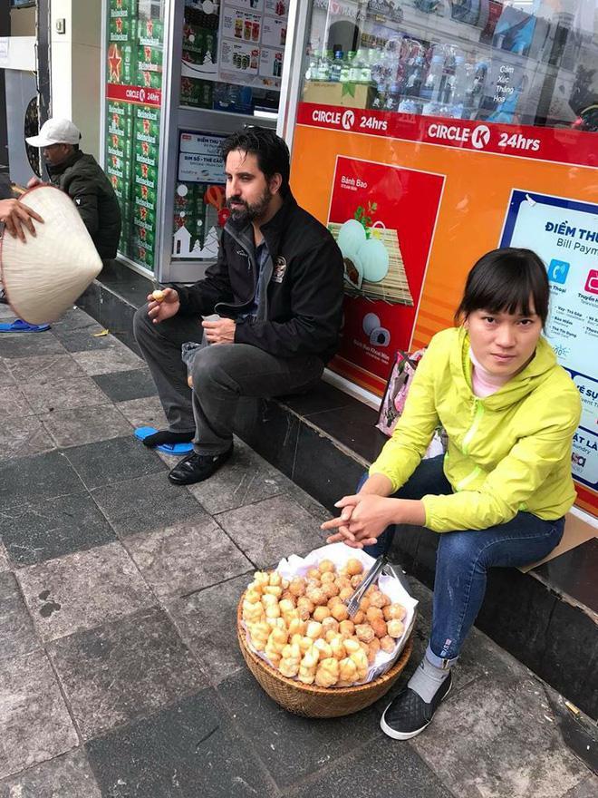 Bắt nam thanh niên đánh giày cấu kết chặt chém khách nước ngoài 4 chiếc bánh rán 80.000 đồng-2