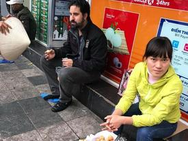 Bắt nam thanh niên đánh giày cấu kết 'chặt chém' khách nước ngoài 4 chiếc bánh rán 80.000 đồng