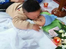 Bức ảnh HOT nhất hôm nay: 'Nụ hôn vĩnh biệt' khiến triệu người rơi lệ