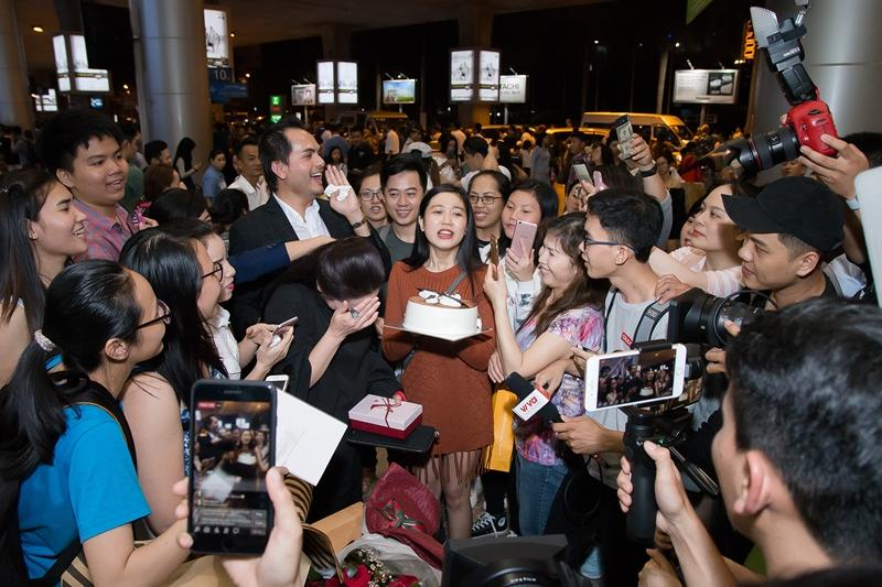 Như Quỳnh hạnh phúc khi được hàng trăm khán giả chào đón tại sân bay-3