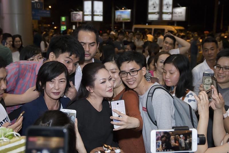 Như Quỳnh hạnh phúc khi được hàng trăm khán giả chào đón tại sân bay-6