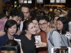 Như Quỳnh hạnh phúc khi được hàng trăm khán giả chào đón tại sân bay