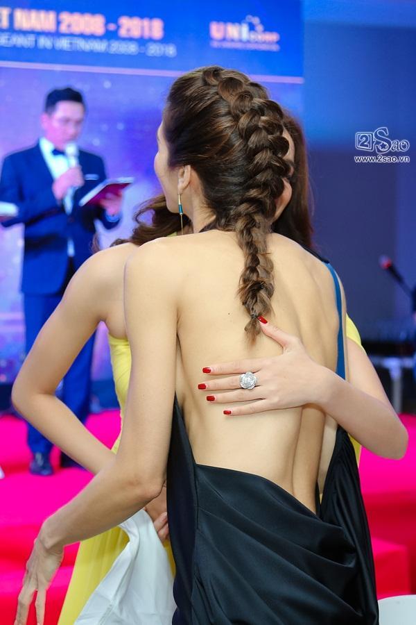 Sau scandal đá váy, Mâu Thủy và Lê Thu Trang bất ngờ chụp ảnh ôm eo thân thiết-12