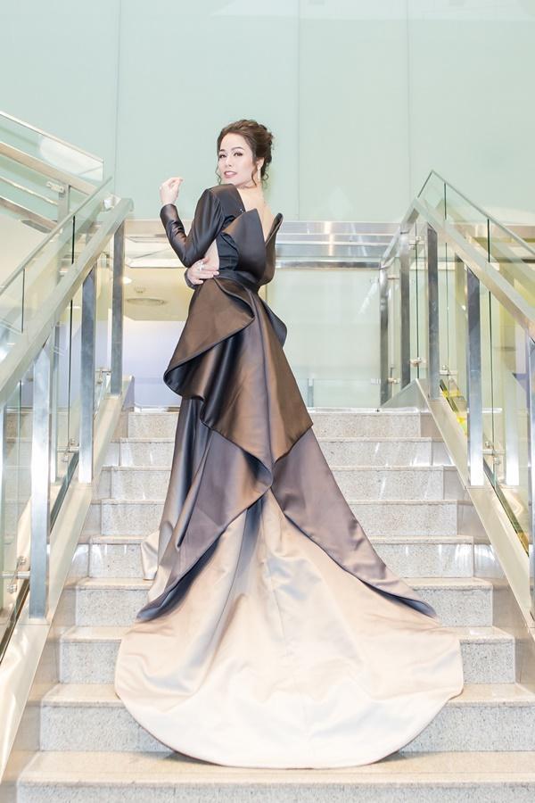 Nhật Kim Anh váy áo lộng lẫy được dàn trai đẹp vây quanh tại buổi ra mắt phim 18+-1