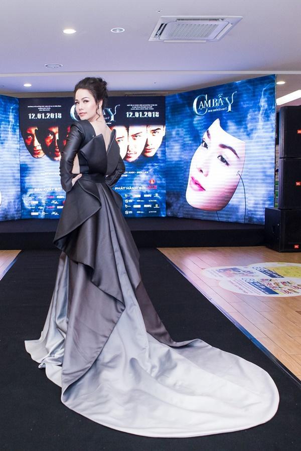 Nhật Kim Anh váy áo lộng lẫy được dàn trai đẹp vây quanh tại buổi ra mắt phim 18+-2