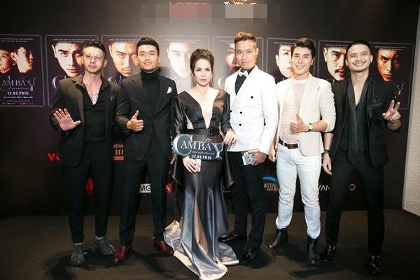 Nhật Kim Anh váy áo lộng lẫy được dàn trai đẹp vây quanh tại buổi ra mắt phim 18+-3