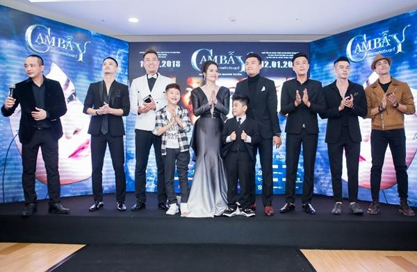 Nhật Kim Anh váy áo lộng lẫy được dàn trai đẹp vây quanh tại buổi ra mắt phim 18+-4