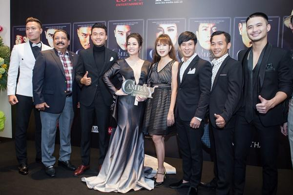 Nhật Kim Anh váy áo lộng lẫy được dàn trai đẹp vây quanh tại buổi ra mắt phim 18+-8